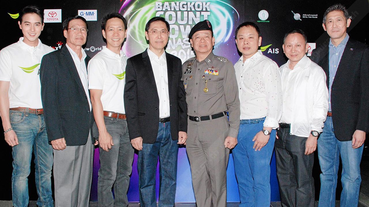 """นิวเยียร์ ปรัธนา ลีลพนัง และ ปรีชา เอกคุณากูล จัดงาน """"AIS Bangkok Countdown Sawasdee 2015"""" โดยมี พล.ต.อ.เรืองศักดิ์ จริตเอก, ชาย ศรีวิกรม์, ดร.ณัฐกิตติ์ ตั้งพูลสินธนา,ศิวะพร ชมสุวรรณ และ เจมส์–จิรายุ ตั้งศรีสุข มาร่วมงานด้วย ที่ลานหน้าเซ็นทรัลเวิลด์ วันก่อน."""