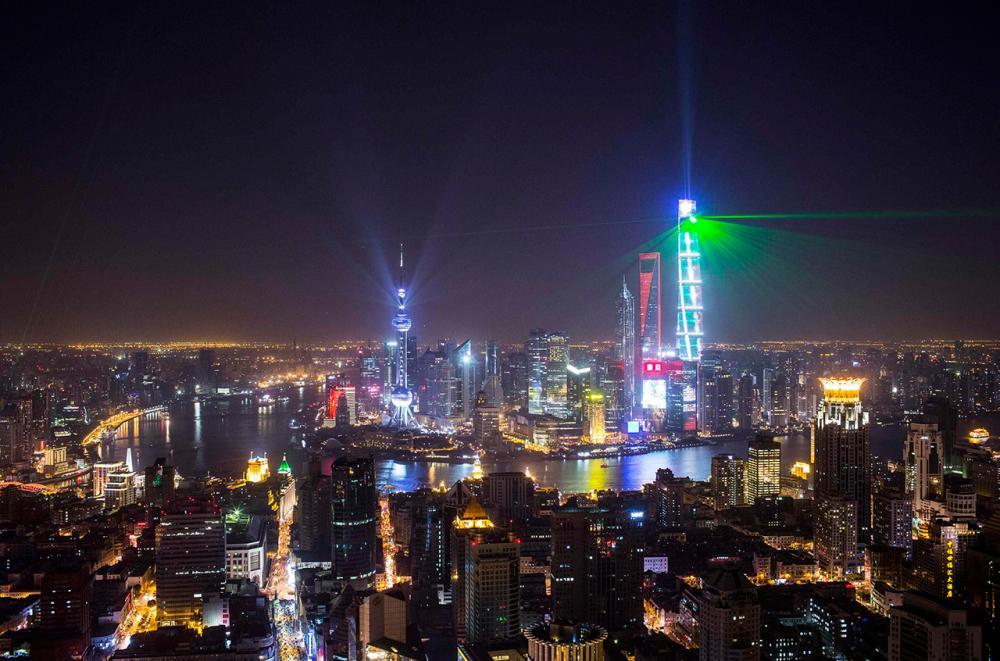 แสงไฟและแสงเลเซอร์ฉายจากอาคารสูงในเขตการเงิน พูตง ของนครเซี่ยงไฮ้