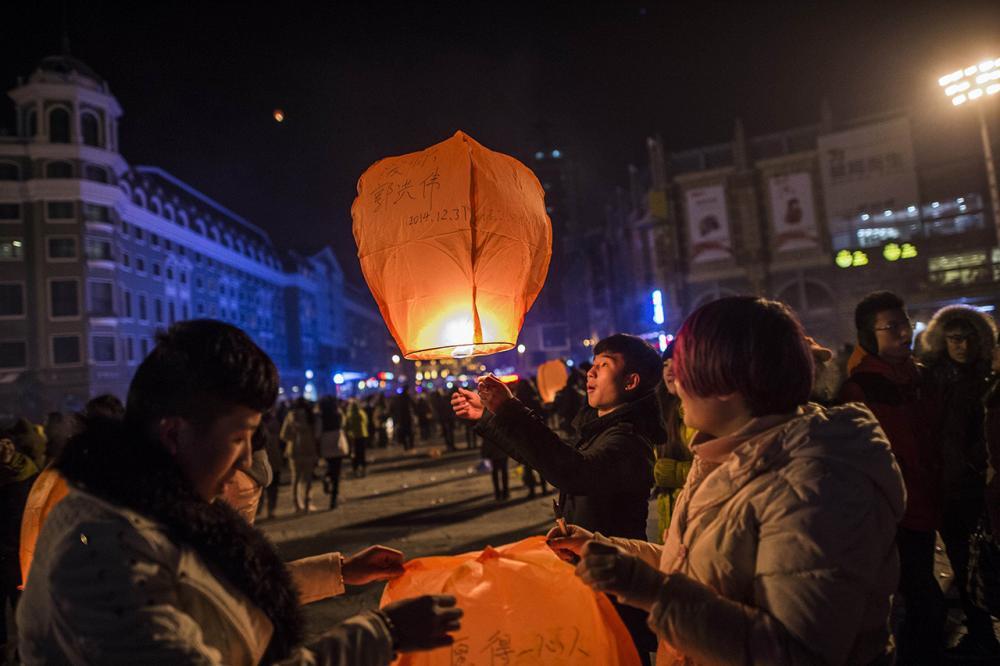 ชาวเมืองฮาร์บิน ทางตะวันออกเฉียงเหนือของจีน ปล่อยโคมลอยฉลองวันปีใหม่