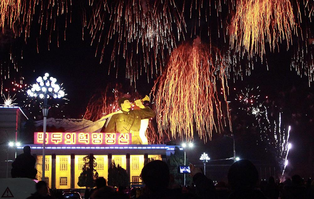 ชาวเกาหลีเหนือรวมตัวกันที่จัตุรัสคิม อิล ซุง เพื่อชมพลุดอกไม้ไฟต้อนรับวันปีใหม่