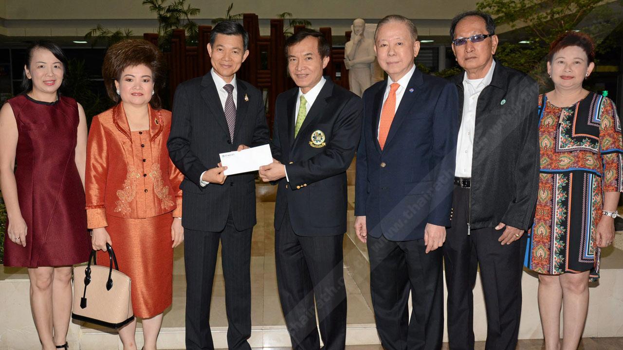 บริจาค - วิชิต ชินวงศ์วรกุล ประธานกรรมการ บริษัทชินวงศ์ฟู้ด ควงภรรยา จารุณี มามอบเงินจำนวน 100,000 บาท ให้แก่ สราวุธ วัชรพล เพื่อสมทบทุนมูลนิธิไทยรัฐ โดยมี ไกรสีห์ นาคประเสริฐ, พรพรรณ โลหาชีวะ และ ไพลิน ศิริพัฒน์ มาร่วมในพิธีด้วย ที่ สนง.นสพ.ไทยรัฐ วันก่อน.