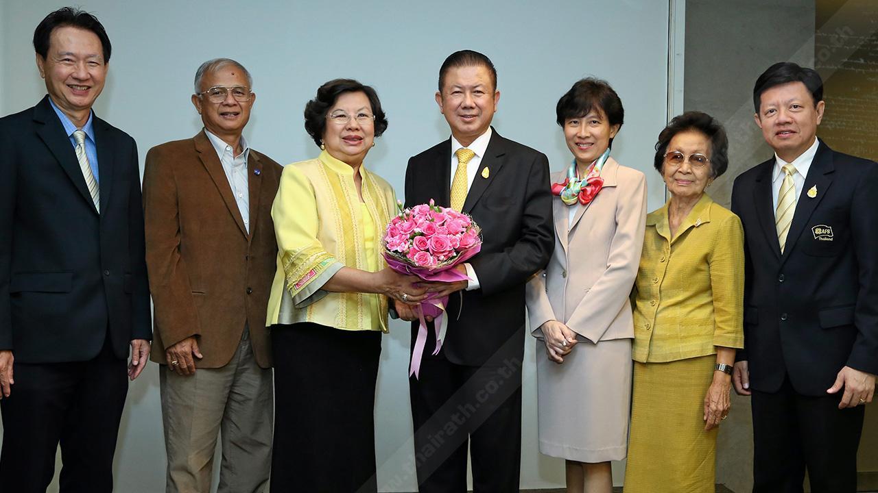 """ปลื้มมั่ก สนั่น อังอุบลกุล ประธานมูลนิธิเอเอฟเอส รับมอบดอกไม้แสดงความยินดีจาก มาลีรัตน์ ปลื้มจิตร์ชม ในโอกาสได้รับรางวัล """"Asia Pacific Entrepreneurship Awards 2014"""" โดยมี ประจวบ ชำนิประศาสน์ และ จิรวัฒนา จรูญภัทรพงษ์ มาร่วมปลื้มด้วย ที่ รร.แกรนด์ ไฮแอทเอราวัณ วันก่อน."""