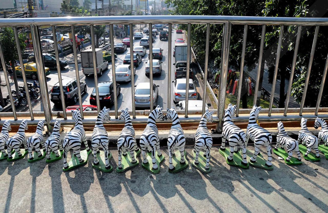 ม้าลายของเซ่นไหว้ที่ประชาชนนำมาวางไว้บนสะพานลอย