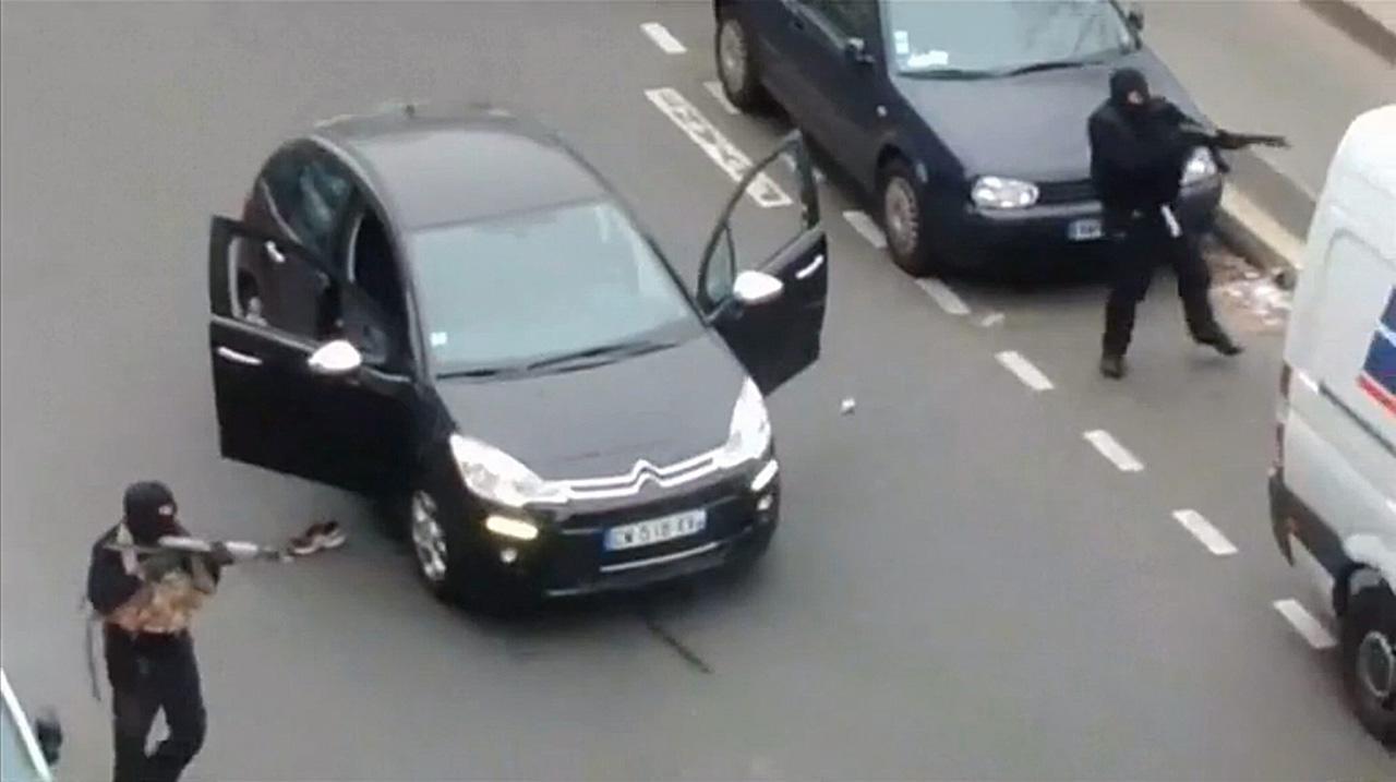 ภาพ 2 ใน 3 คนร้ายขณะยิงปะทะกับตำรวจ (ภาพ: REUTERS)