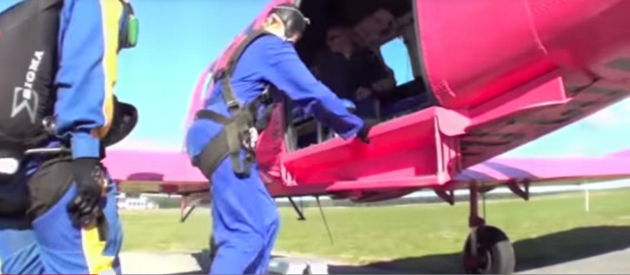 เครื่องบินเล็กของสกายไดฟ์ เตาโป สีชมพูสดใส