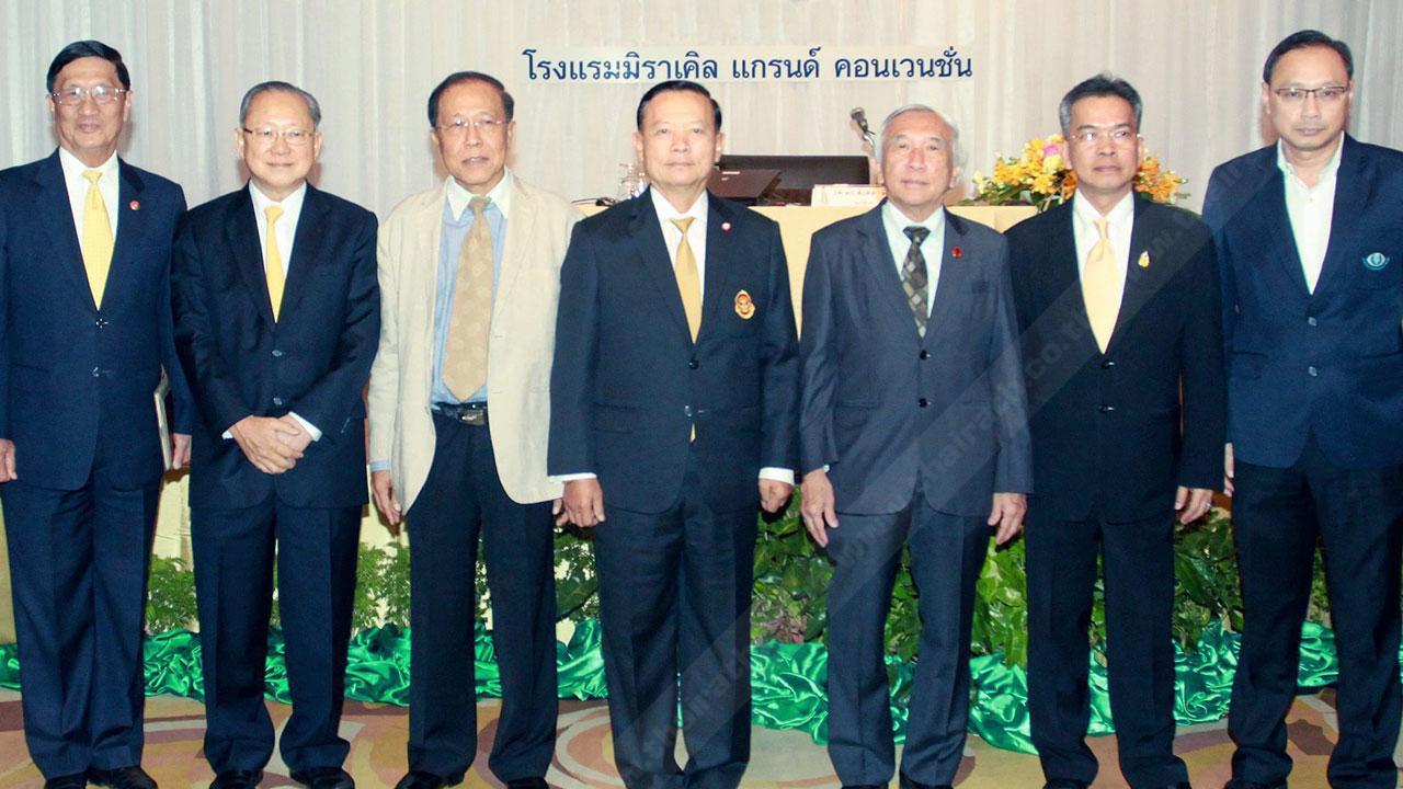 """สัมมนา ศ.ศรีราชา วงศารยางกูร ผู้ตรวจการแผ่นดิน เปิดการสัมมนาเรื่อง """"จริยธรรมภิบาล (Ethical Governance) นักการเมืองกับการปฏิรูปประเทศไทย"""" โดยมี พล.อ.วิทวัส รชตะนันทน์ และ รศ.ดร.สังศิต พิริยะรังสรรค์ มาร่วมสัมมนาด้วย ที่โรงแรมมิราเคิล แกรนด์ คอนเวนชั่น วันก่อน."""
