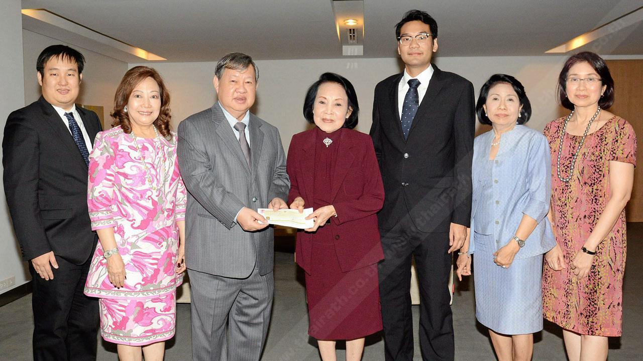 เบิร์ธเดย์ชื่นมื่น ปรีชา ชัยรัตน์ ควงภรรยา สรรค์นรา พร้อมลูกชาย ปิยะบุตร มามอบเงินจำนวน 2,000,000 บาท ให้แก่ คุณหญิงประณีตศิลป์ วัชรพล เพื่อสมทบทุนมูลนิธิไทยรัฐ ในโอกาสวัน คล้ายวันเกิด โดยมี รศ.ฉวีวรรณ พัฒนจักร มาร่วมในพิธีด้วย ที่สำนักงาน นสพ.ไทยรัฐ วันก่อน.