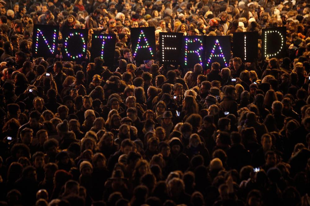 ชาวฝรั่งเศสหลายพันคน ออกมารวมตัวแสดงพลัง ว่าไม่หวาดกลัวต่อการโจมตีของผู้ก่อการร้าย (ภาพ: AP Photo)