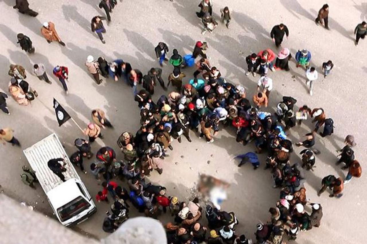 ฝูงชนยืนมุงดู ร่างชายเคราะห์ร้ายตกลงมากระแทกพื้นเสียชีวิต