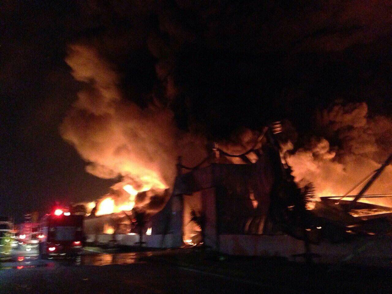 เพลิงกำลังลุกไหม้อาคารภายในโรงงาน