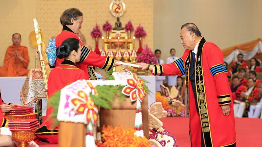สมเด็จพระเทพรัตนราชสุดาฯ สยามบรมราชกุมารี เสด็จพระราชดำเนินแทนพระองค์พระราชทานปริญญาบัตรแก่ ผู้สำเร็จการศึกษาจากมหาวิทยาลัยแม่ฟ้าหลวง ในการนี้ นพ.ปราเสริฐ ปราสาททองโอสถ เข้ารับพระราชทานปริญญาดุษฎีบัณฑิตกิตติมศักดิ์ สาขาวิชาบริหารธุรกิจ ณ มหาวิทยาลัยแม่ฟ้าหลวง จ.เชียงราย เมื่อวันที่ 2 กุมภาพันธ์.