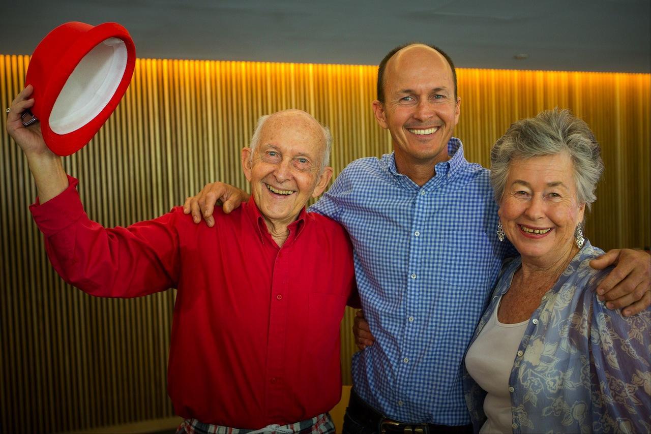 นายปีเตอร์ เกรสเต ถ่ายรูปกับพ่อและแม่ หลังจากร่วมงานแถลงข่าวที่เมืองบริสเบน ออสเตรเลีย (ภาพ: AFP PHOTO)