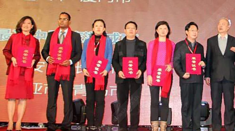 """พอใจไทย อุรีรัตน์ รัตนพฤกษ์ อุปทูต ณ กรุงปักกิ่ง จีน เป็นตัวแทน รับรางวัล """"Annual Tourists Most Satisfying Overseas Travel Destination"""" เมืองปลายทางที่นักท่องเที่ยวจีนพอใจที่สุด จัดโดย นสพ.Global Times."""