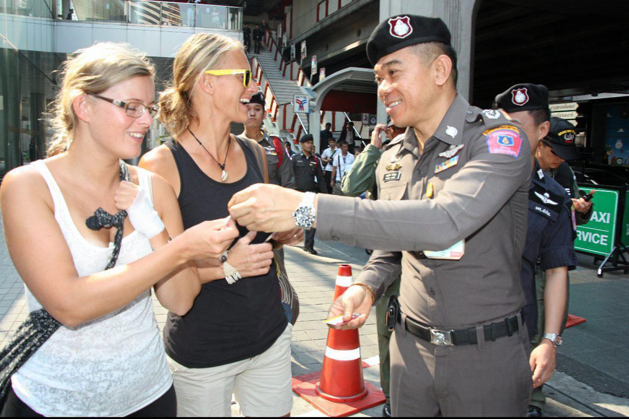 แจกนามบัตรเจ้าหน้าที่ตำรวจให้ นักท่องเที่ยวต่างชาติ เพื่อให้เข้าถึงการรักษาความปลอดภัย