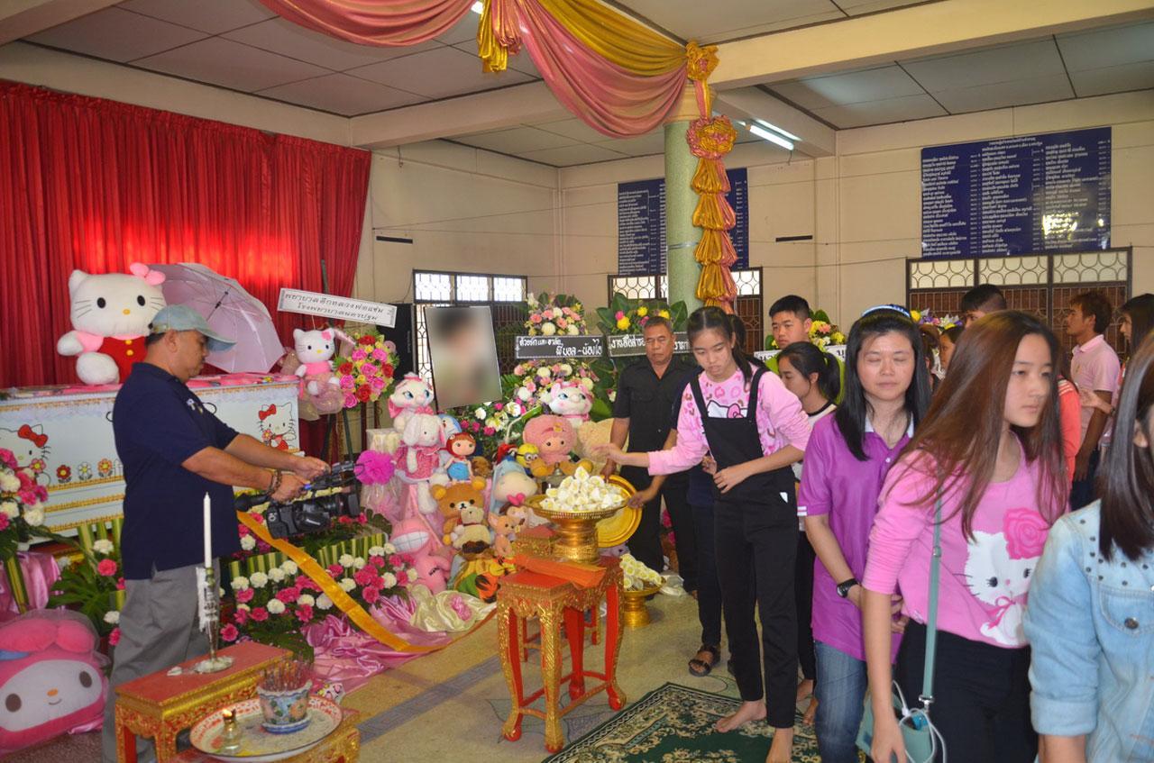 ผู้เข้าร่วมพิธีส่วนใหญ่ จะแต่งกายด้วยเสื้อผ้าสีชมพู และมีลวดลายคิตตี้
