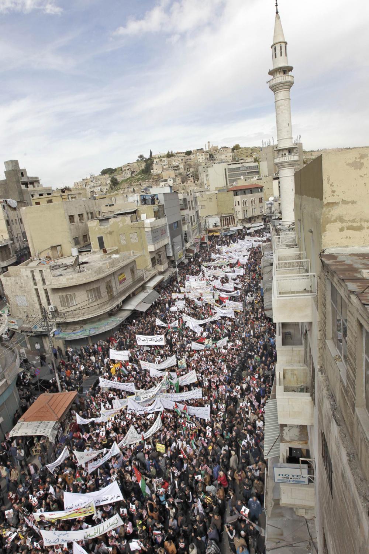 ถนนในกรุงอัมมานเต็มไปด้วยผู้คนที่ออกมาเดินขบวนในวันศุกร์ที่ 6 ก.พ.