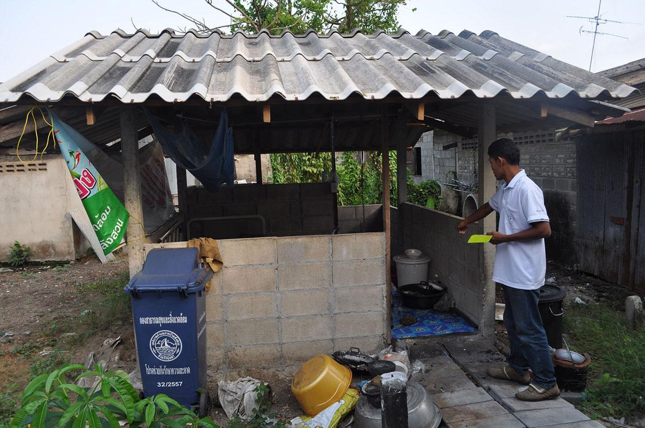 สภาพของบ้านที่ นายตี๋ ม่วงยืนนาน อายุ 79 ปี ใช้พักอาศัย