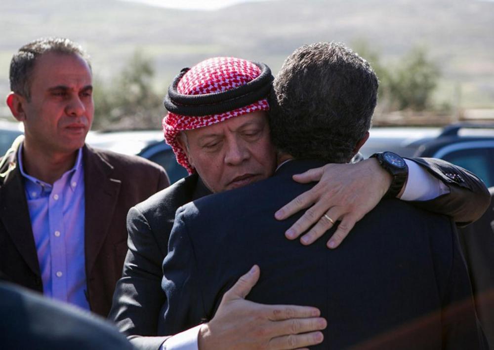 กษัตริย์อับดุลเลาะห์ที่ 2 ทรงแสดงความเสียพระทัย โอบกอดบิดาของเรืออากาศโทมูอัธ อัล-คาซาสเบห์