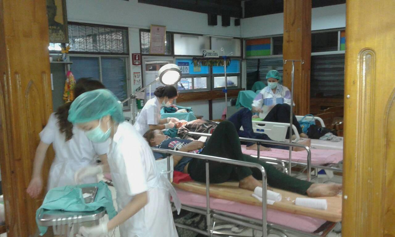 เจ้าหน้าที่นำผู้บาดเจ็บส่งโรงพยาบาลเพื่อทำการรักษา