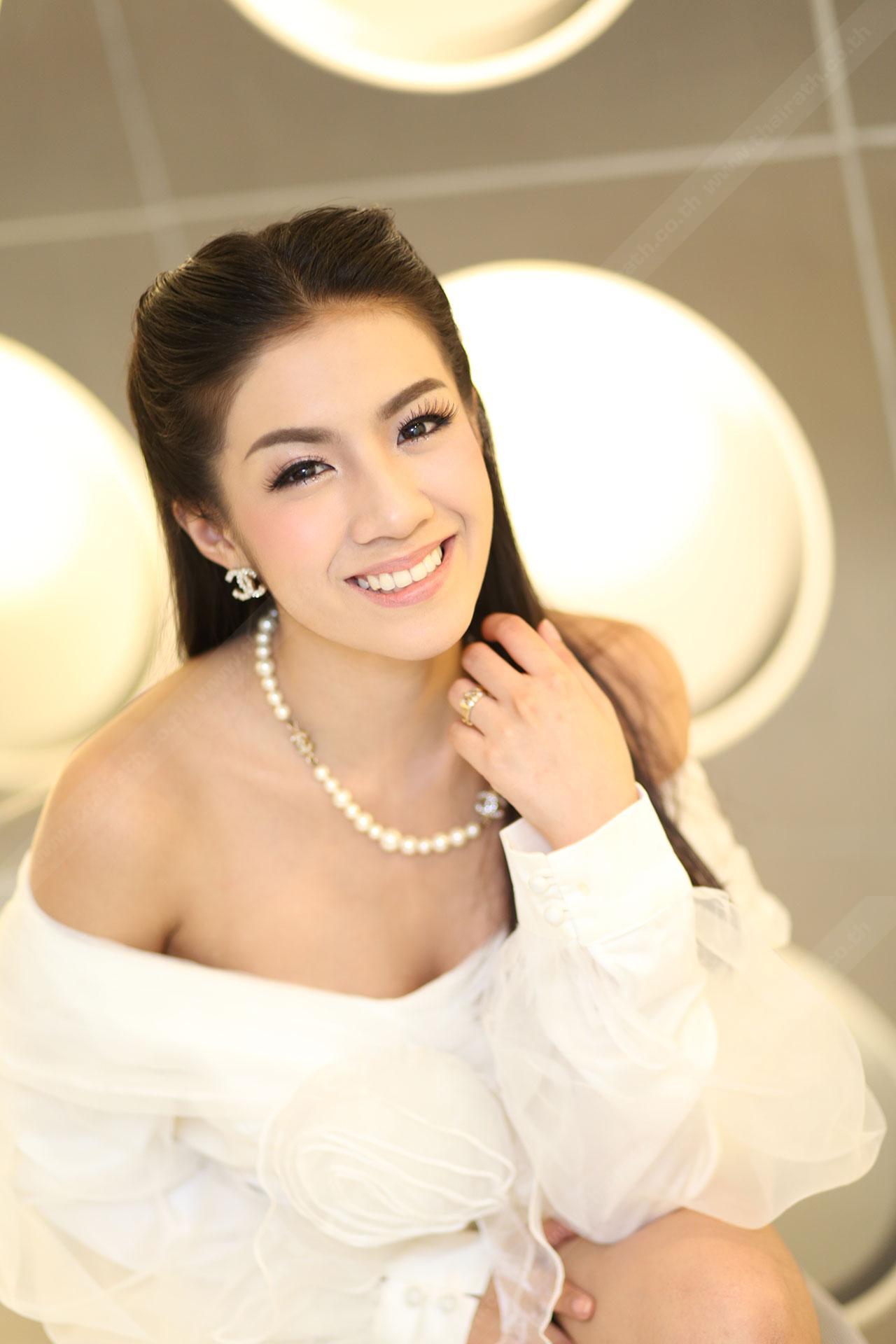นางเป็นผู้หญิงที่หน้าสวย ยิ้มสวยจริงๆ