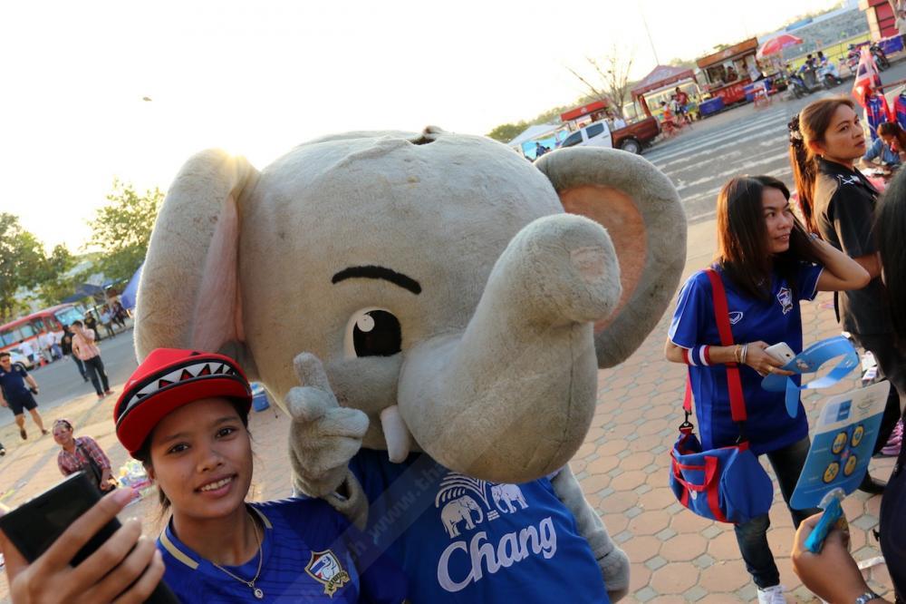มาสคอตช้างกับแฟนบอลชาวไทย