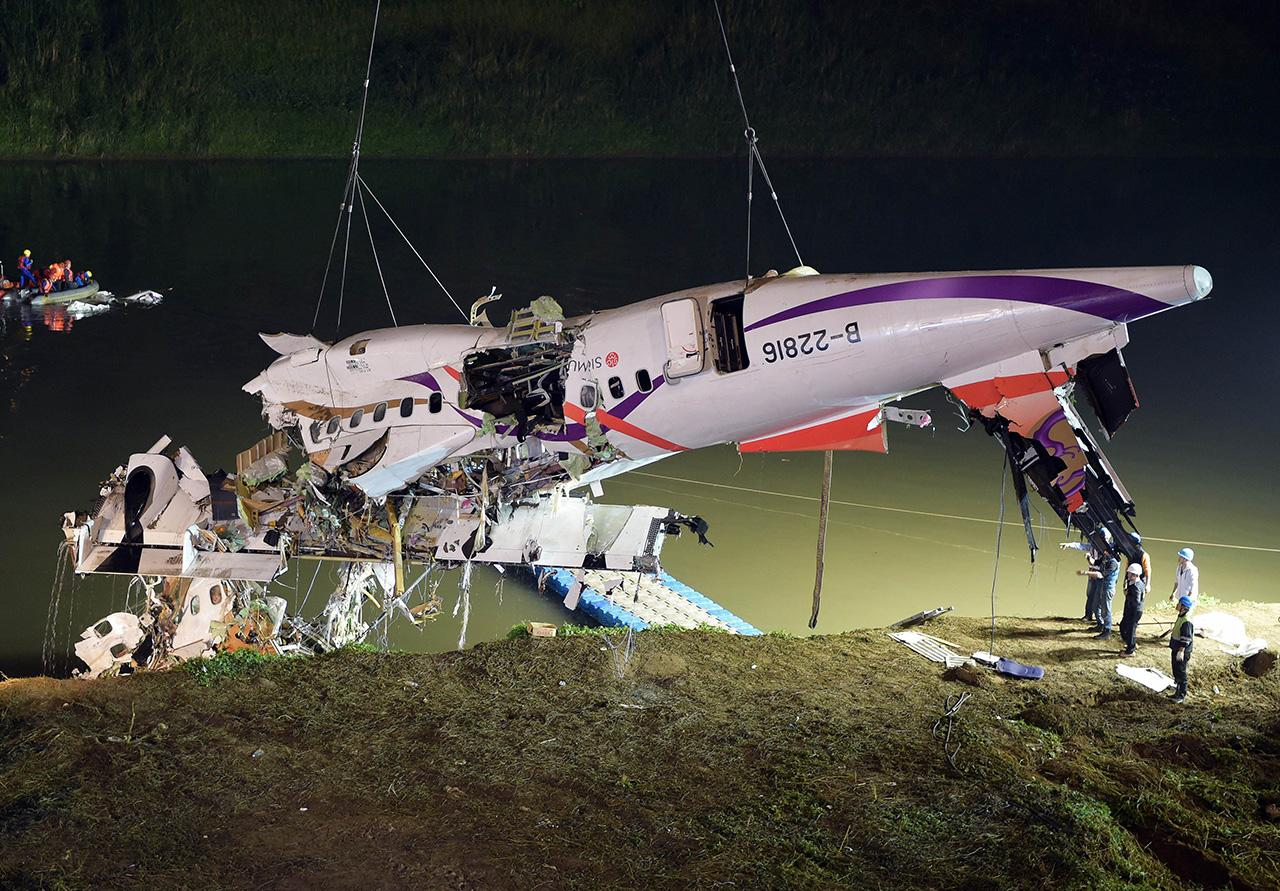 ล่าสุดสามารถกู้ซากเครื่องบินขึ้นมาได้ส่วนหนึ่งแล้ว (ภาพ: AFP PHOTO)