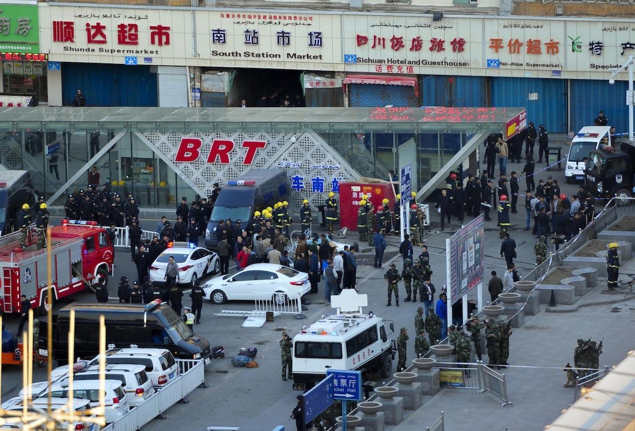 หน่วยงานความมั่นคงรวมตัวกันใกล้จุดเกิดเหตุระเบิด