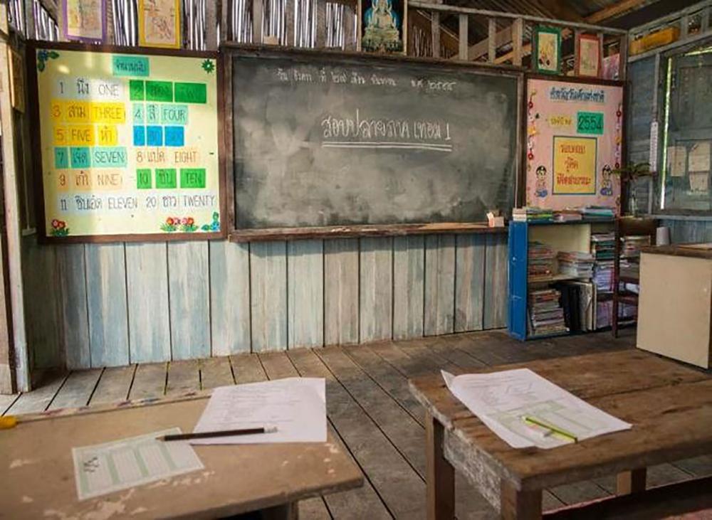 สภาพห้องเรียน กระดานดำและโต๊ะนักเรียน...ทำให้ย้อนนึกถึงวัยเด็กอย่างช่วยไม่ได้
