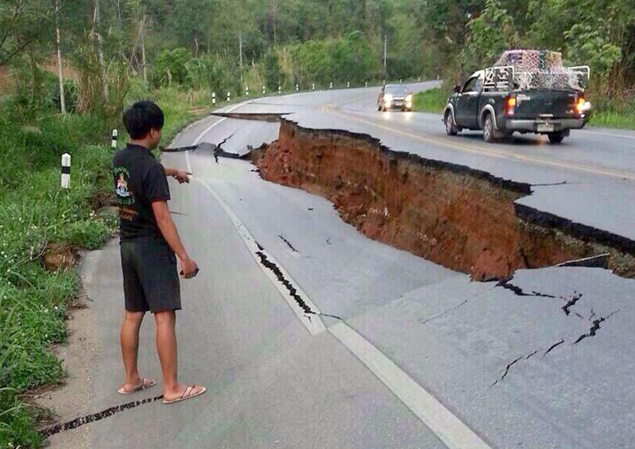 สภาพถนนฉีกขาดสาเหตุจากการเกิดแผ่นดินไหวที่จ.เชียงราย