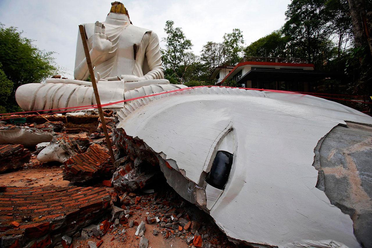 องค์พระพุทธรูปได้รับความเสียหาย จากเหตุแผ่นดินไหว เมื่อ 5 พ.ค.2557