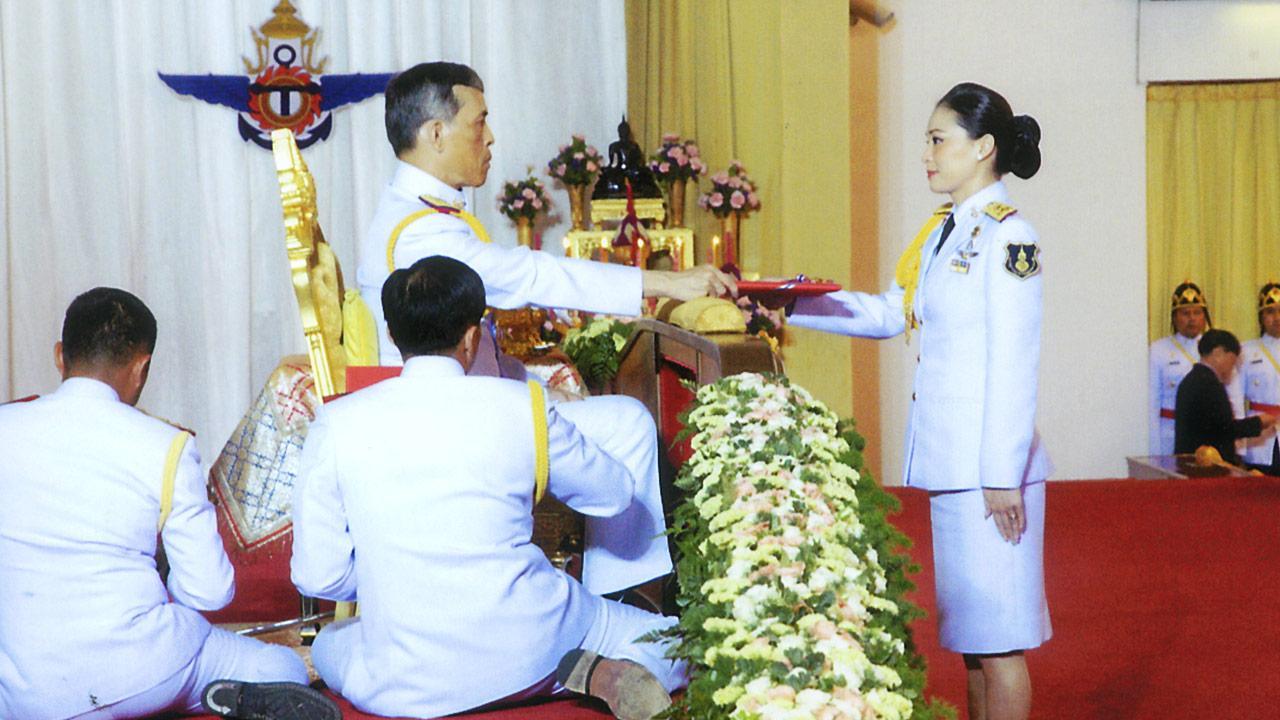 สมเด็จพระบรมโอรสาธิราชฯ สยามมกุฎราชกุมาร เสด็จฯไปพระราชทานปริญญาบัตร วุฒิบัตร ประกาศนียบัตร และเข็มวิทยฐานะแก่ผู้ทรงคุณวุฒิและผู้สำเร็จการศึกษาจากวิทยาลัยป้องกันราชอาณาจักร วิทยาลัยเสนาธิการทหาร-ทัพบก-ทัพเรือ-ทัพอากาศ ร.ร.เสนาธิการทหารบก-ทหารเรือ-ทหารอากาศ ประจำปี 2556 ณ อาคารใหม่ สวนอัมพร เมื่อวันที่ 6 พฤษภาคม.