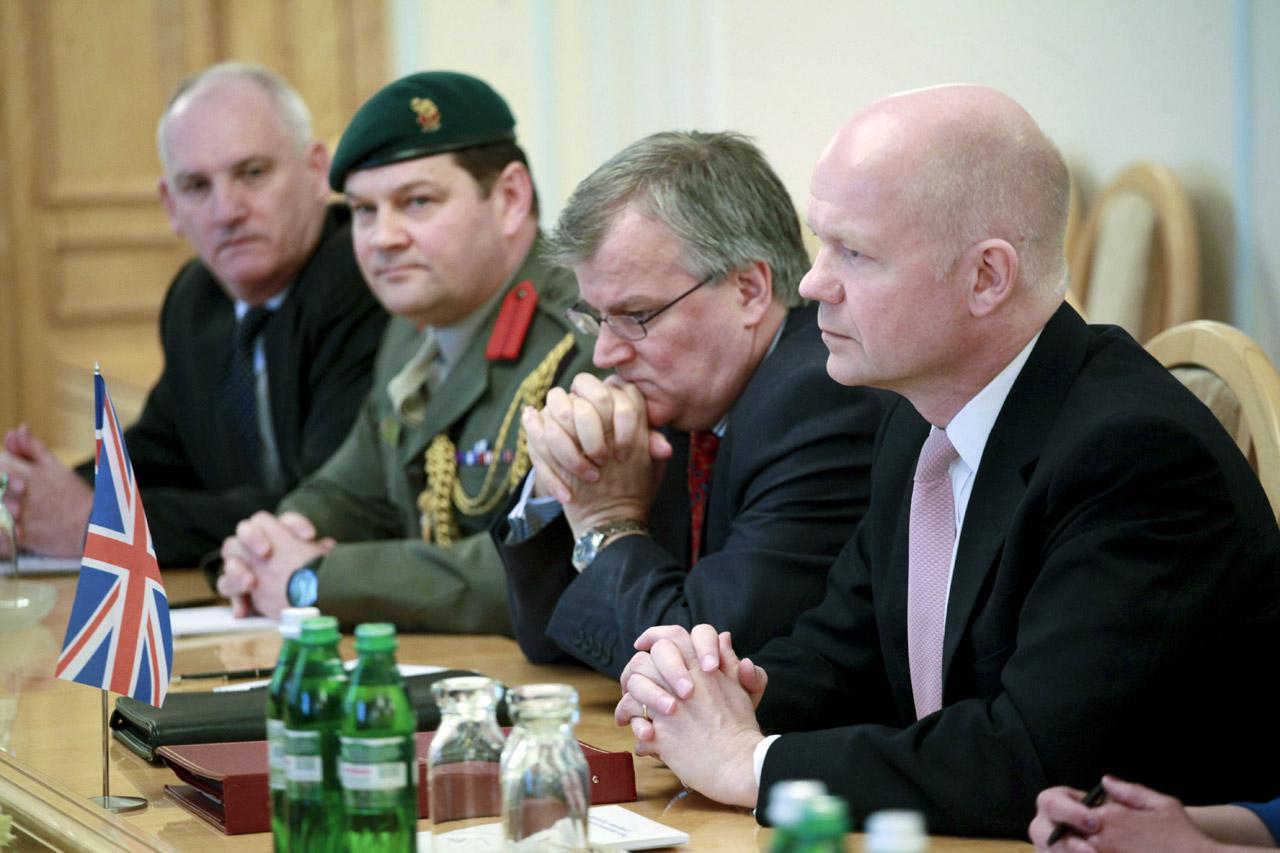 นายวิลเลียม เฮก รมว.ต่างประเทศอังกฤษ(ขวาสุด) ร่วมประชุมกับคณะเจ้าหน้าที่ด้านความมั่นคงยูเครน ที่กรุงเคียฟ