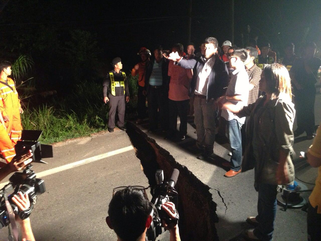 รมว.คมนาคม ลงพื้นที่ดูถนนที่เสียหายจากแผ่นดินไหว
