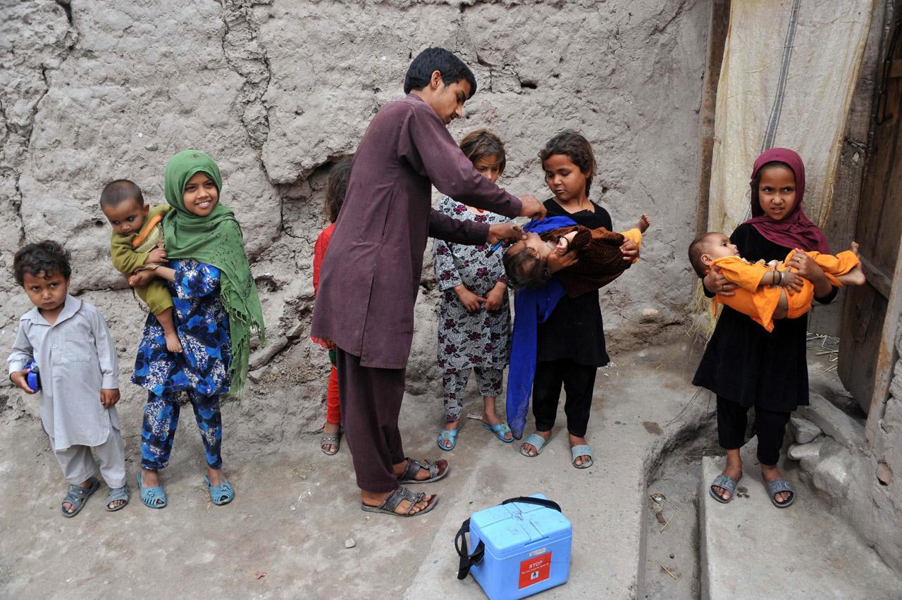 เด็กชาวอัฟกานิสถานรอรับวัคซีนป้องกันโปลิโอ
