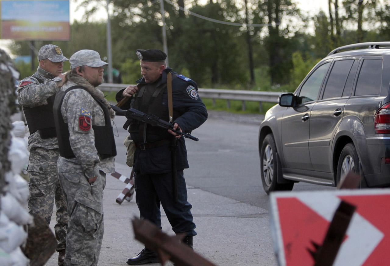 ทางการยูเครนตั้งด่านสกัด รักษาความปลอดภัยบนถนน นอกกรุงเคียฟ เมืองหลวง