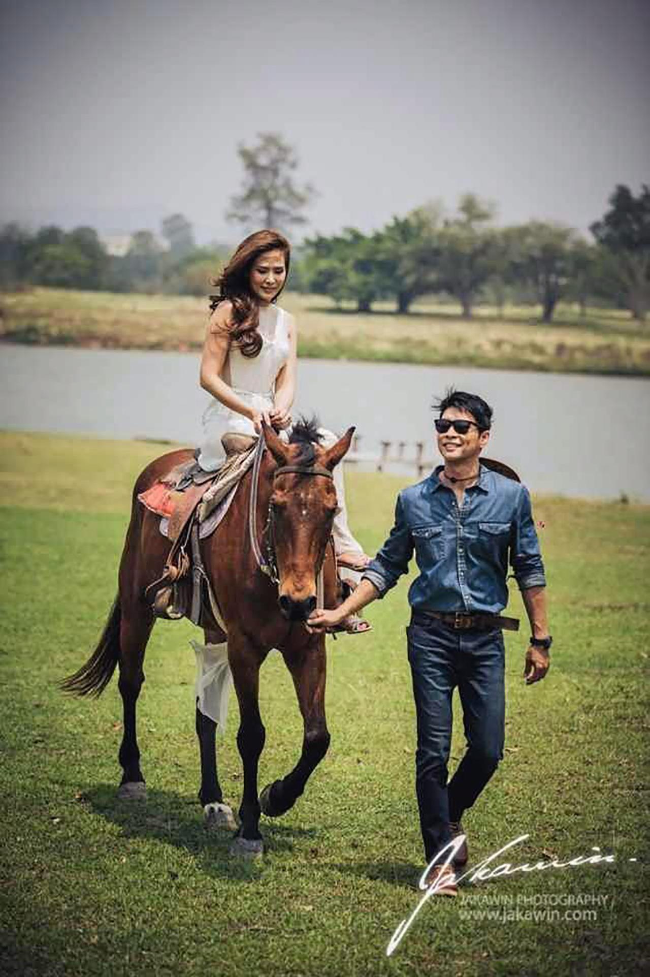 ธีมพรีเวดดิ้ง คือ Love is a Journey หมายถึงคนสองคนที่ต่างขั้วต่างสไตล์ได้มาเจอกันและรักกันใช้ชีวิตร่วมกัน
