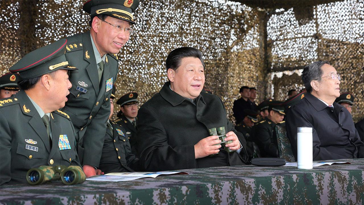 ประธานาธิบดีสี จ้ินผิงของจีนมาชมการฝึกซ้อมรบของทหาร ที่เขตปกครองตนเองซินเจียง อุยกูร์ ก่อนเกิดเหตุระเบิดดับ 3ศพ