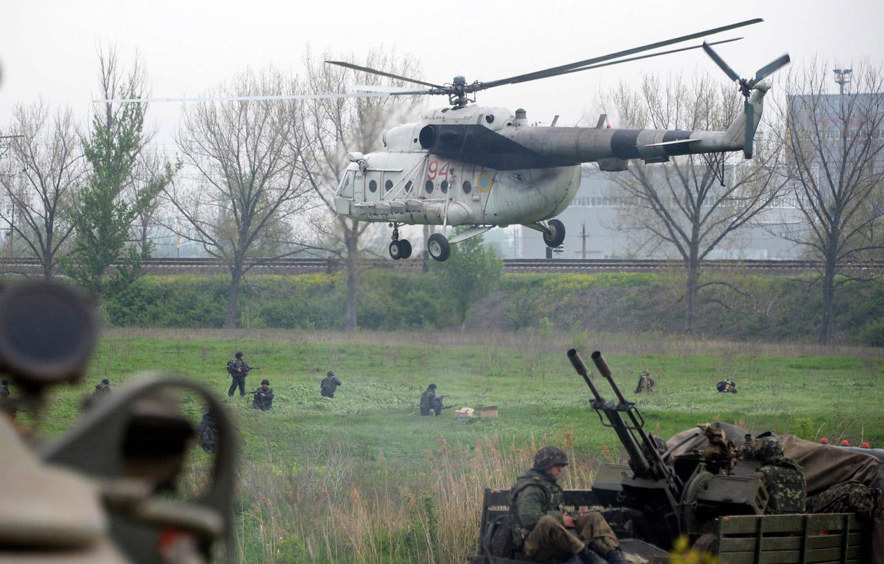 เฮลิคอปเตอร์ของกองทัพบินมาส่งทหาร  แม้ก่อนหน้า เฮลิคอปเตอร์เพ่ิงถูกฝ่ายกบฏสอยร่วงไป 2ลำ