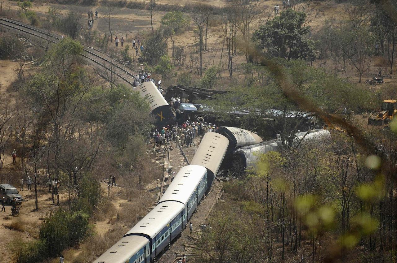 อุบัติเหตุรถไฟตกรางในรัฐ มหาราษฏระ ประเทศอินเดีย
