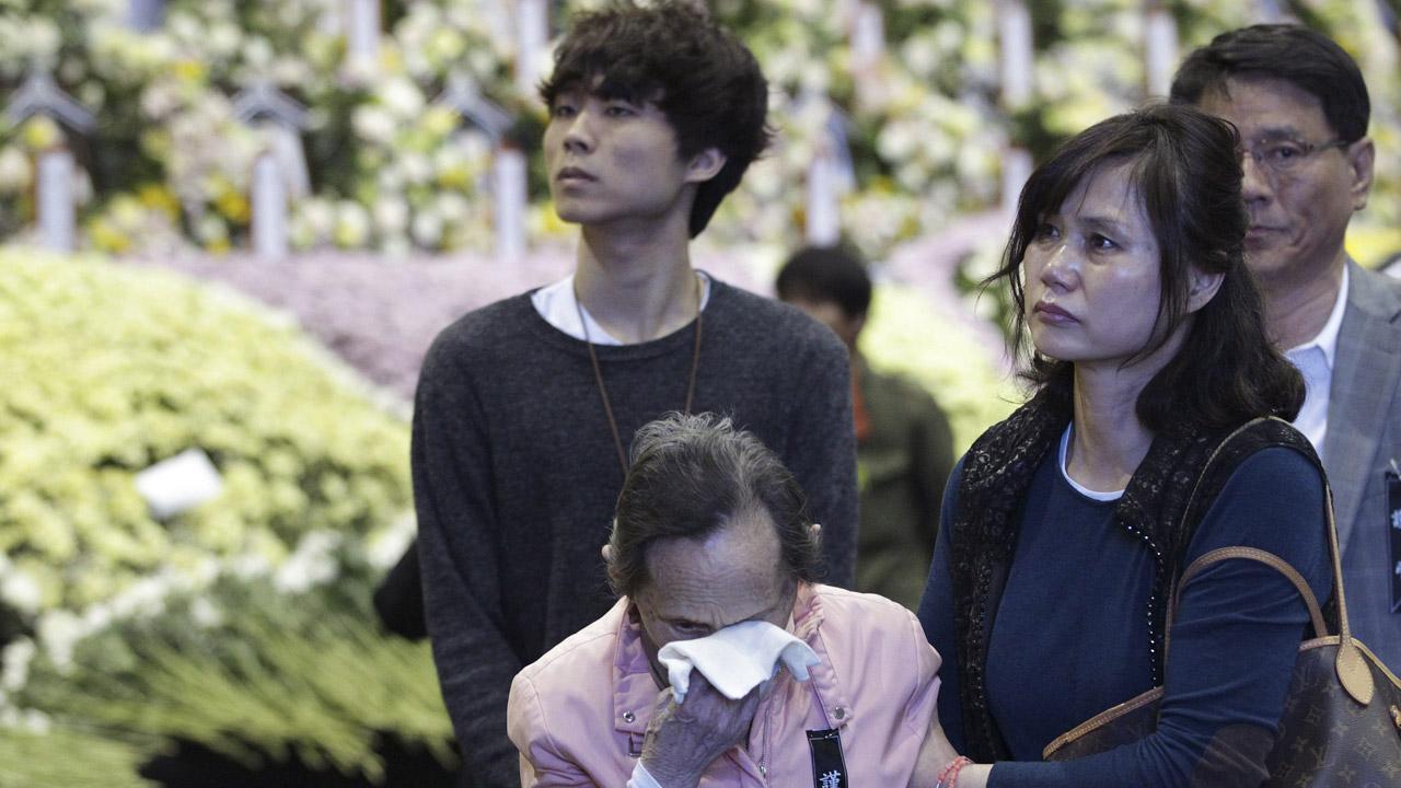 หญิงชราเกาหลีใต้เช็ดน้ำตาขณะมาเคารพผู้เสียชีวิตโศกนาฏกรรมเรือล่ม