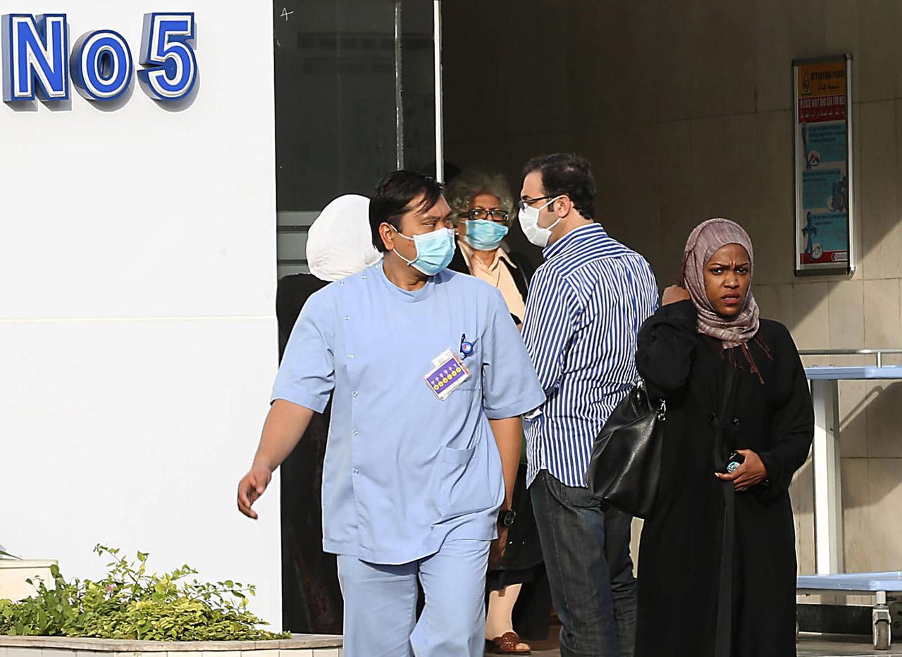 เจ้าหน้าที่ในโรงพยาบาลที่ซาอุดีอาระเบีย สวมหน้ากากอนามัยป้องการติดเชื้อ