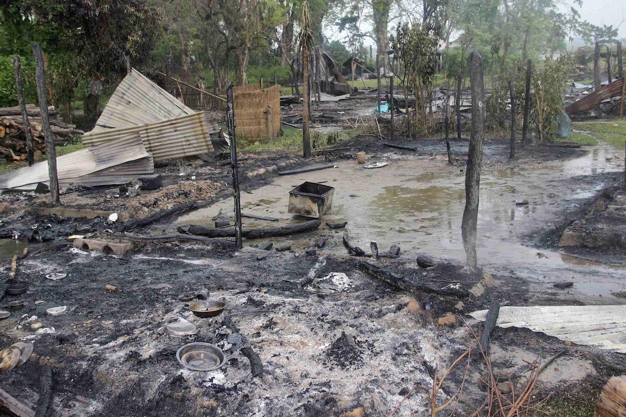 บ้านเรือนในเขตปักษาถูกกลุ่มกบฏเผาทำลาย
