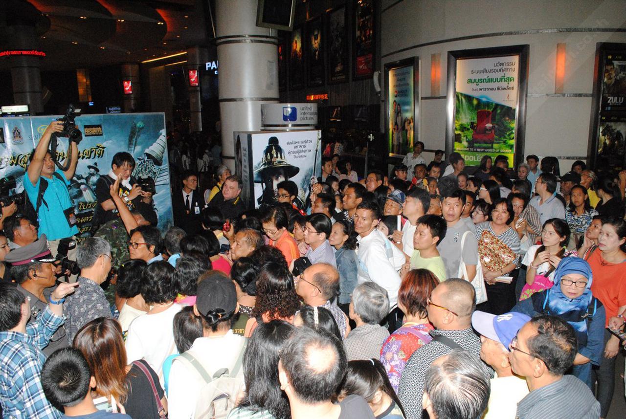 ประชาชนจำนวนมาก ยืนต่อคิวรอตั๋วหนังเนืองแน่น