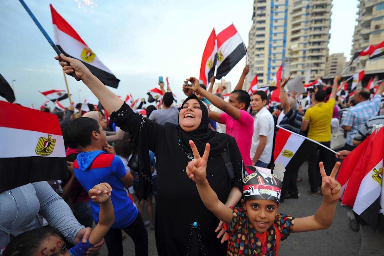 ชาวอียิปต์แสดงความดีใจ หลังจากกกต.ประกาศให้จอมพลซีซี ชนะเลือกตั้งประธานาธิบดีอย่างเป็นทางการ