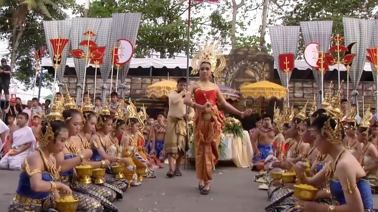 ริ้วขบวน เด็กนักเรียนสวมชุดไทยย้อนยุค