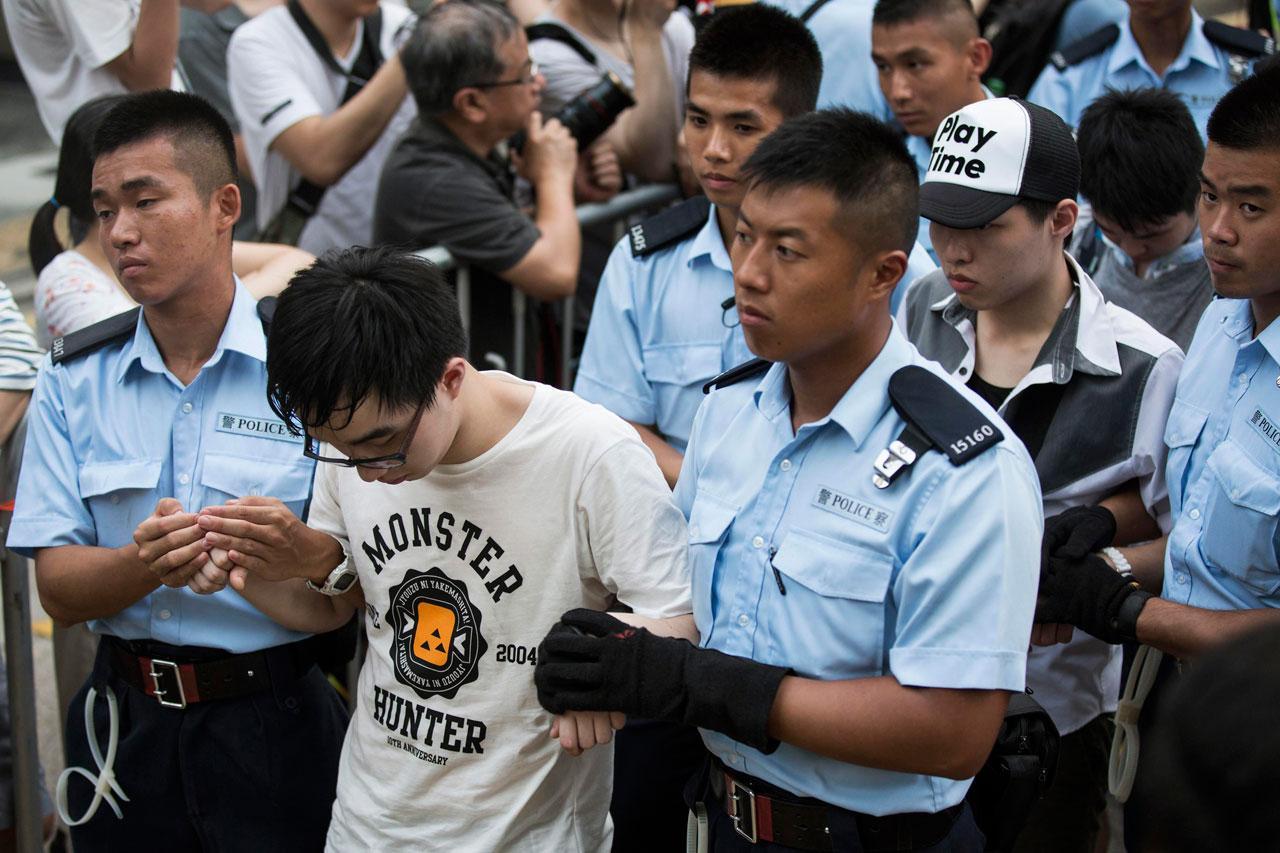 จับกุมหนุ่มฮ่องกง ปักหลักนั่งประท้วงย่านธุรกิจ