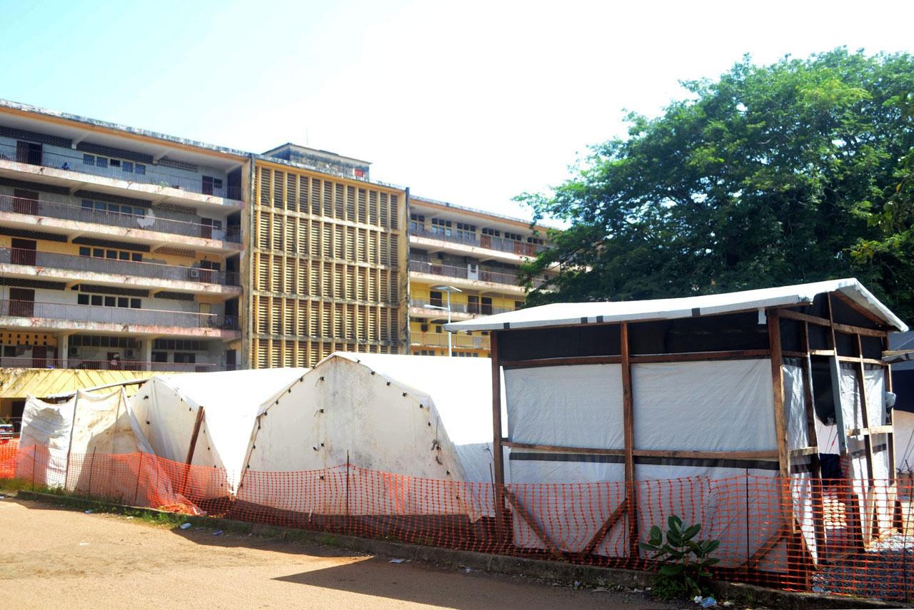 เต้นท์สำหรับผู้ป่วยติดเชื้อที่แยกออกมาอยู่ด้านนอกโรงพยาบาลในเซียร์รา ลีโอน