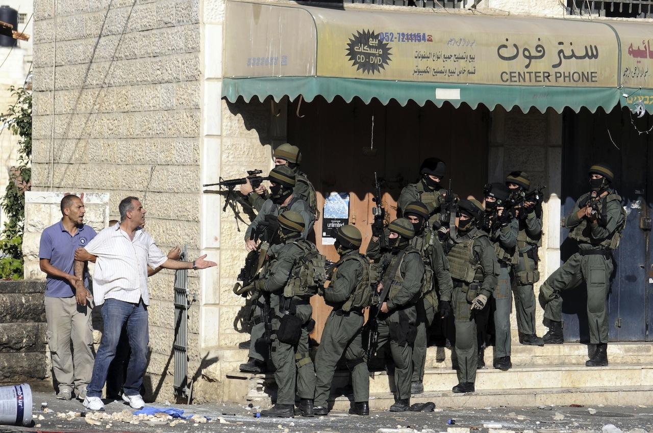 ชาวปาเลสต์ไตน์พูดคุยกับตำรวจอิสราเอล ระหว่างเหตุปะทะในเยรูซาเลมตะวันออก