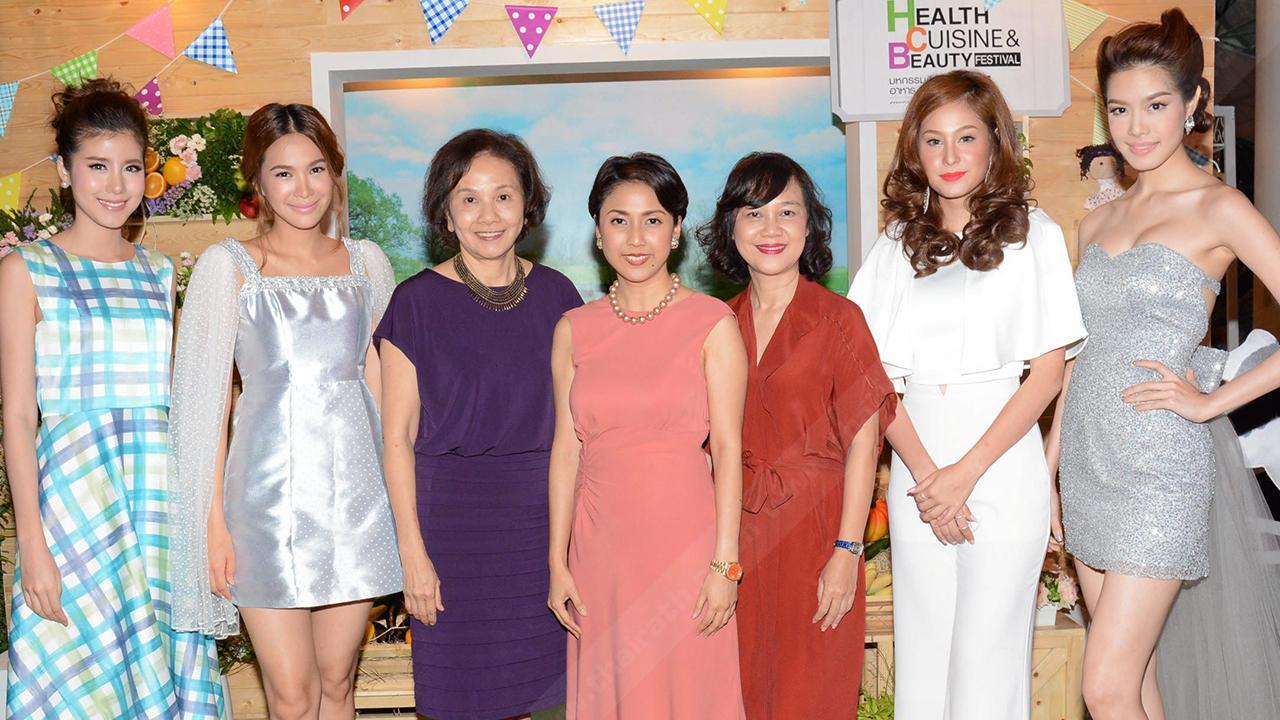 """อย่าพลาด - ระริน อุทกะพันธุ์ ปัญจรุ่งโรจน์ เปิดงาน """"Health Cuisine & Beauty Festival ครั้งที่ 12"""" มหกรรมสินค้าสุขภาพ-อาหาร-ความงาม จัดถึง 6 ก.ค. โดยมี นวลจันทร์ ศุภนิมิตร, อัจฉรา แต้สุวรรณ และ โบวี่–อัฐมา ชีวนิชพันธ์ มาร่วมงานด้วย ที่ศูนย์การประชุมแห่งชาติสิริกิติ์ วันก่อน."""