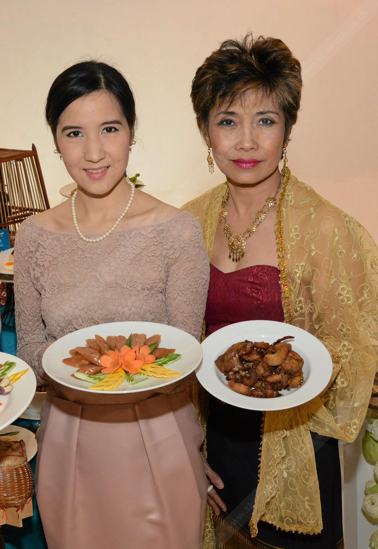 """ภริตา วิริยะรังสฤษฏ์ และ มาลินี สุตังคานุ ชวนลิ้มลองอาหารไทย ในงาน """"เดอะมอลล์ อร่อยไป เที่ยวไป ทั่วไทย ครั้งที่ 6""""."""
